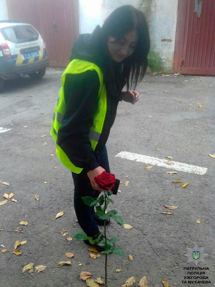 В Ужгороді водій, який порушив ПДР, подарував патрульній троянду: фото, фото-1