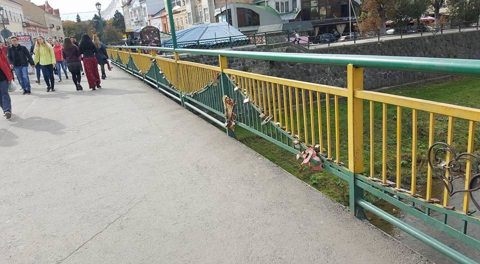 Бережіть дітей: на пішохідному мості в Ужгороді відірвані перила (ФОТО), фото-1