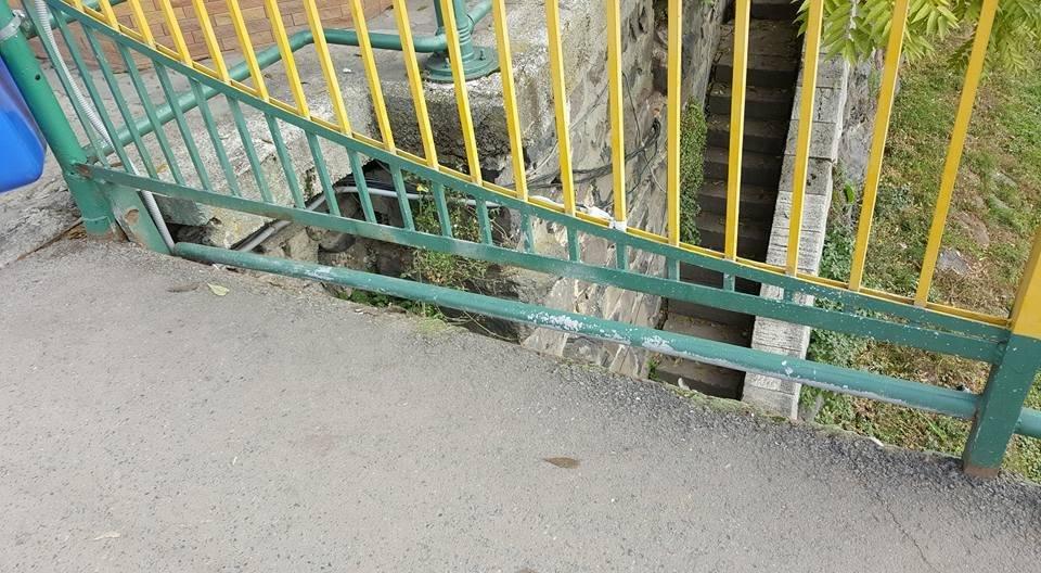 Бережіть дітей: на пішохідному мості в Ужгороді відірвані перила (ФОТО), фото-3
