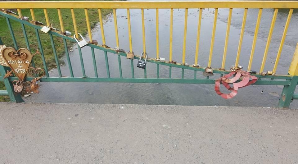 Бережіть дітей: на пішохідному мості в Ужгороді відірвані перила (ФОТО), фото-4