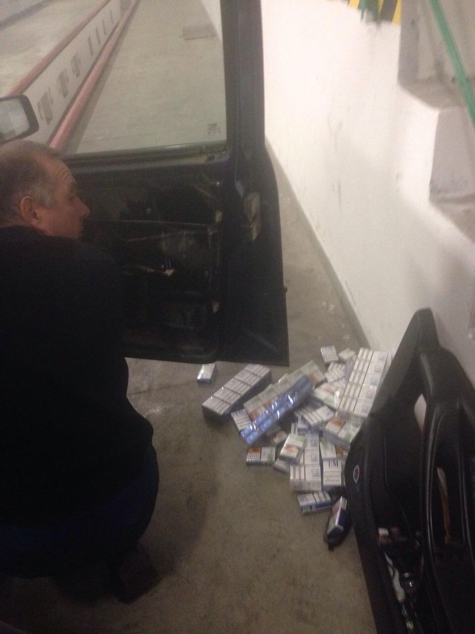 "На КПП ""Ужгород"" в українця забрали ""Сеат"", напакований цигарками на 14500 гривень: фот, фото-1"