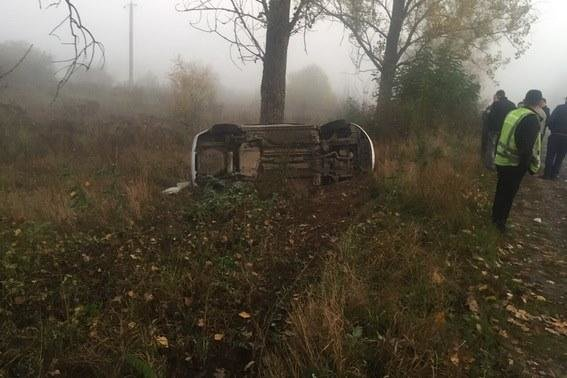 """На Закарпатті """"Шевроле"""" в'їхало в дерево: водій загинув у кареті """"швидкої"""" (ФОТО), фото-1"""