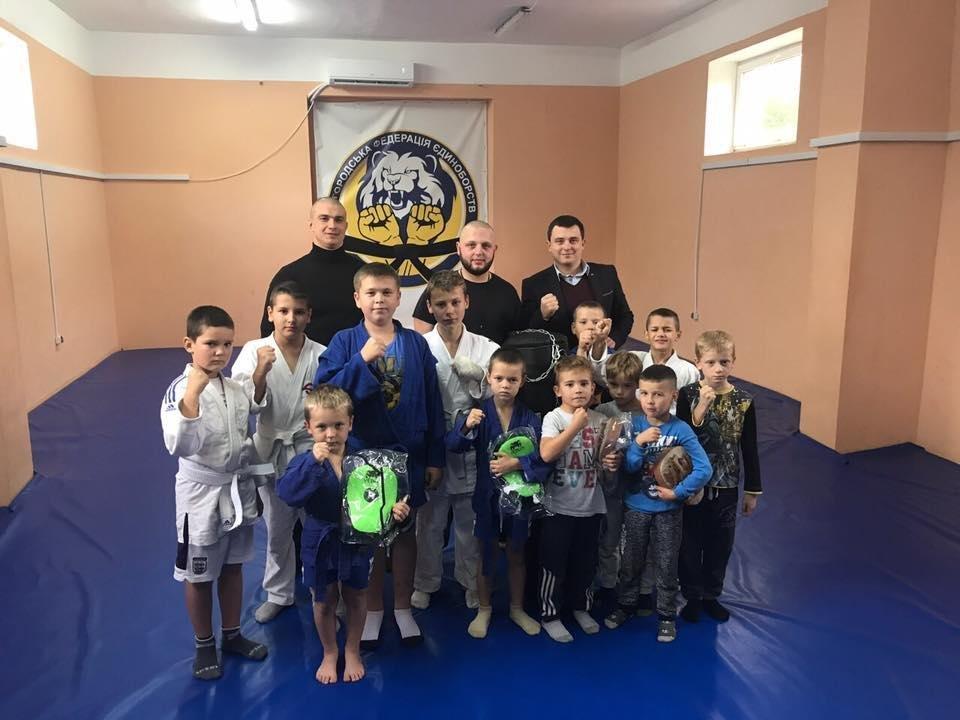 В Ужгороді маленьким спортсменам подарували боксерську грушу та перчатки: фото, фото-2