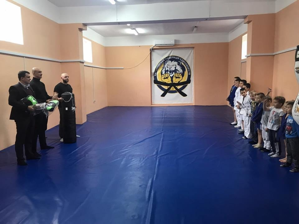 В Ужгороді маленьким спортсменам подарували боксерську грушу та перчатки: фото, фото-4
