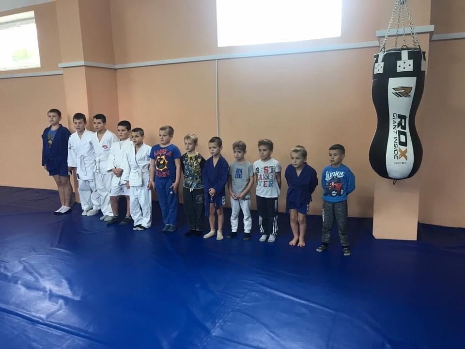В Ужгороді маленьким спортсменам подарували боксерську грушу та перчатки: фото, фото-1