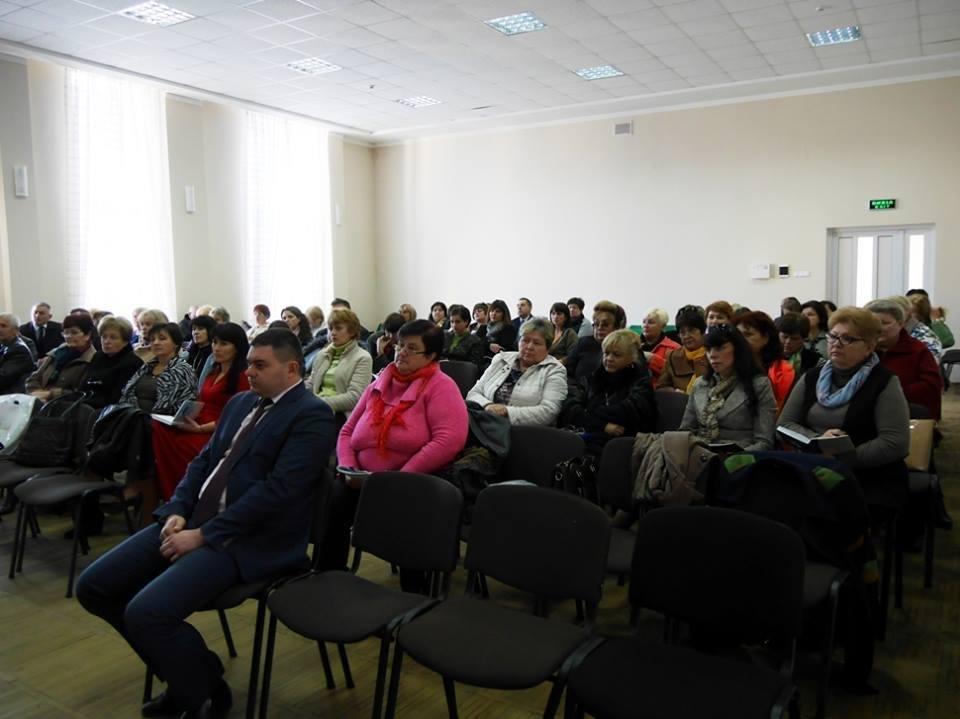 """В Ужгороді педагоги міста та представники влади говорили про інцидент у 9-й школі та Закон """"Про освіту"""": фото, фото-2"""
