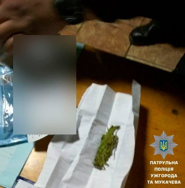 """Тікав на швидкості 160 км/год: в Ужгороді затримали п'яного водія """"Фольксвагена"""" з наркотиками у салоні (ФОТО), фото-2"""