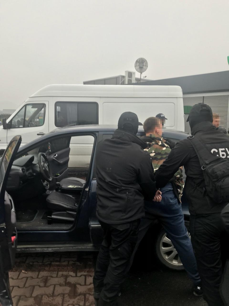 Сприяв контрабанді: на Закарпатті затримали лейтенанта-прикордонника на хабарі у 2100 доларів (ФОТО), фото-1