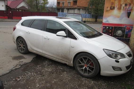 """На Тячівщині водій на """"Опелі"""" збив 22-річну дівчину: постраждала з важкими травмами в лікарні (ФОТО), фото-1"""