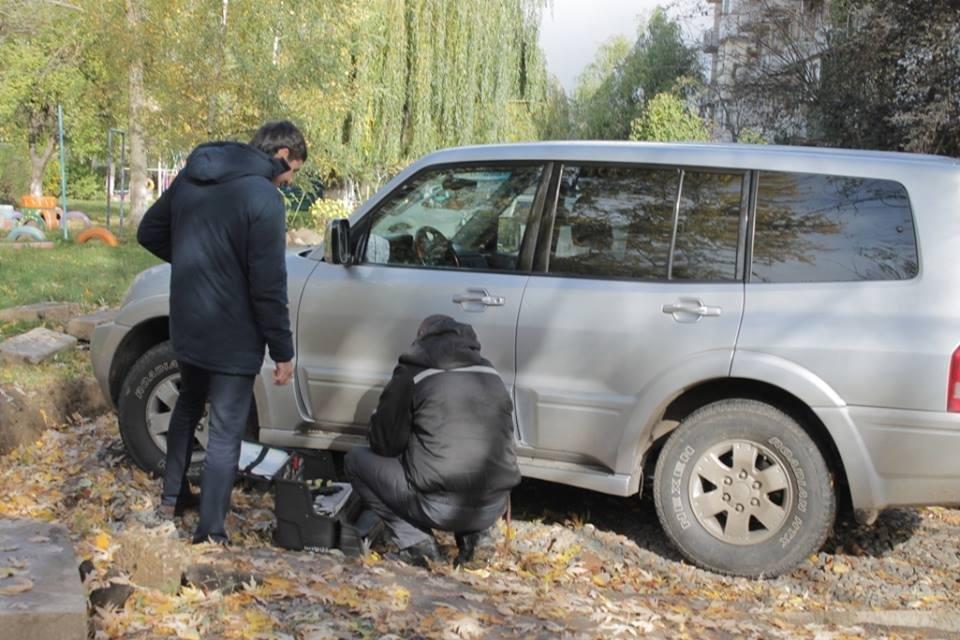 До джипа прокурора Ужгорода приєднали гранату з запалом: фото, фото-2