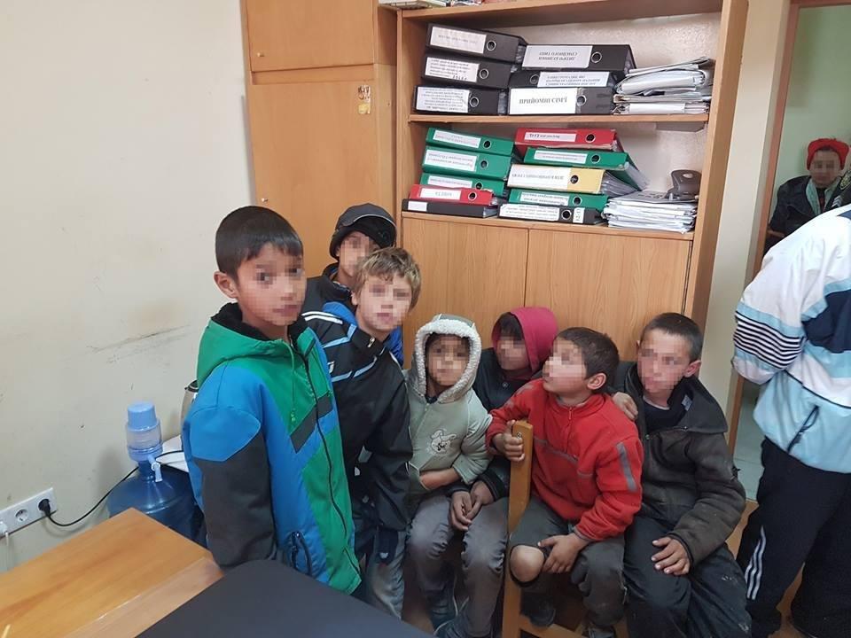 В Ужгороді соцслужби спіймали 7-х малих ромів, які жебракували, і передали їх у притулок: фото, фото-2