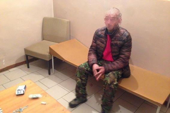На Виноградівщині затримали наркомана зі шприцом метамфетаміну: фото, фото-1