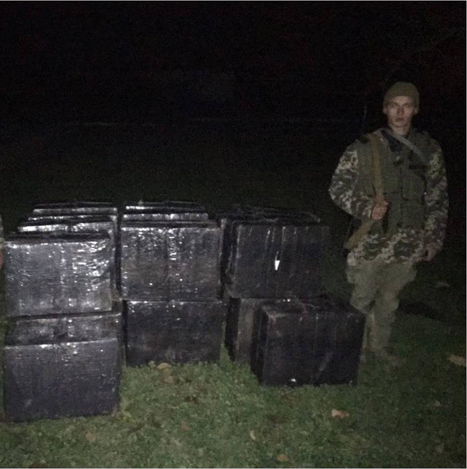 Закарпатські прикордонники вилучили у контрабандистів  12 000 пачок сигарет: фото, фото-2