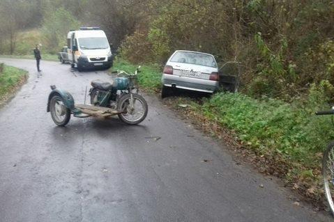 """На Перечинщині водій та пасажир на мотоциклі виїхали на """"зустрічку"""" і врізались у """"Славуту"""": фото, фото-2"""