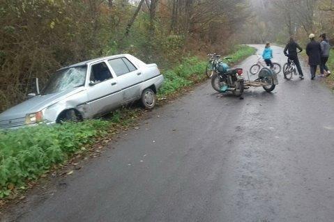 """На Перечинщині водій та пасажир на мотоциклі виїхали на """"зустрічку"""" і врізались у """"Славуту"""": фото, фото-3"""