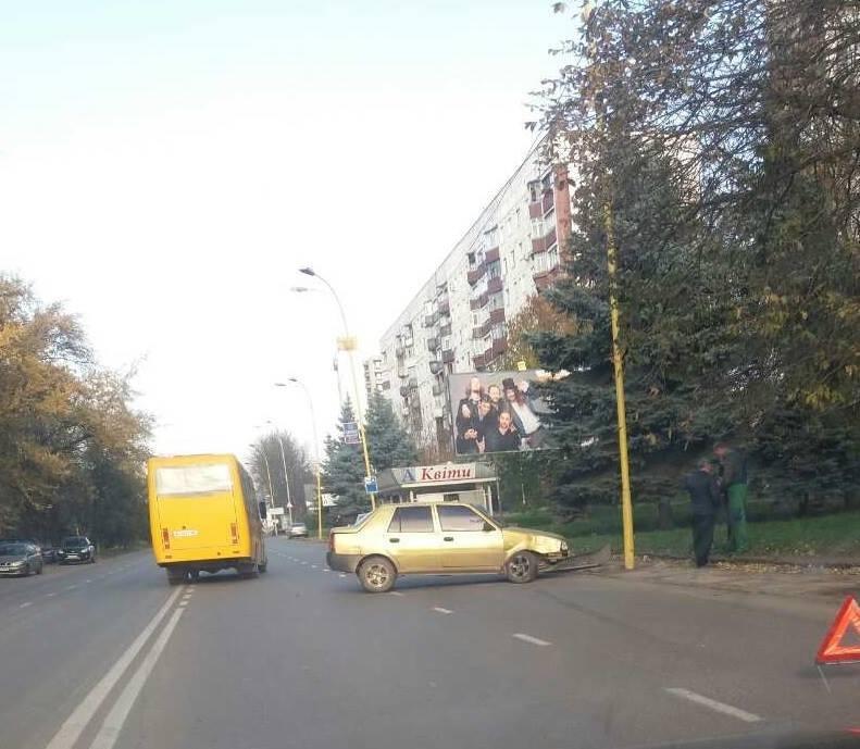 """На Минайській  водій """"Дачії"""" влетів у стовп: фото, фото-1"""