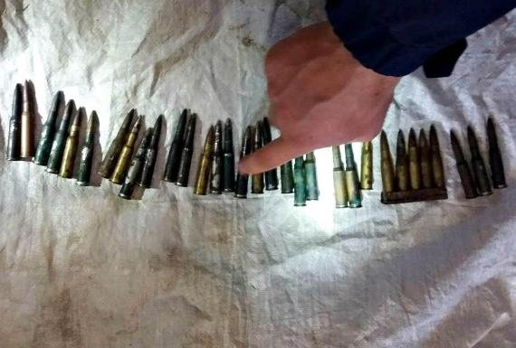 У закарпатському селі поліція провела обшуки у помешканні жінки і вилучила гвинтівку із патронами: фото , фото-3