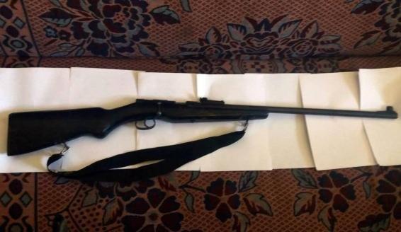 У закарпатському селі поліція провела обшуки у помешканні жінки і вилучила гвинтівку із патронами: фото , фото-2