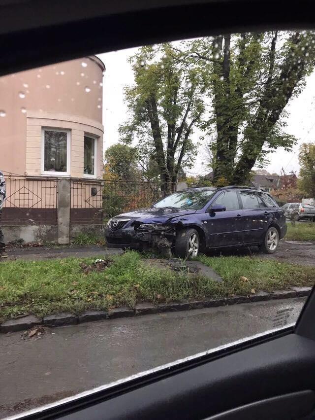 """В Ужгороді на Митній зіткнулись """"Мазда"""" і """"Х'юндай: одне авто відкинуло на тротуар (ФОТО), фото-2"""