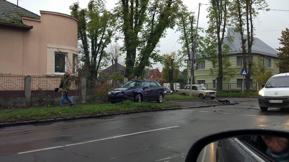 """В Ужгороді на Митній зіткнулись """"Мазда"""" і """"Х'юндай: одне авто відкинуло на тротуар (ФОТО), фото-3"""