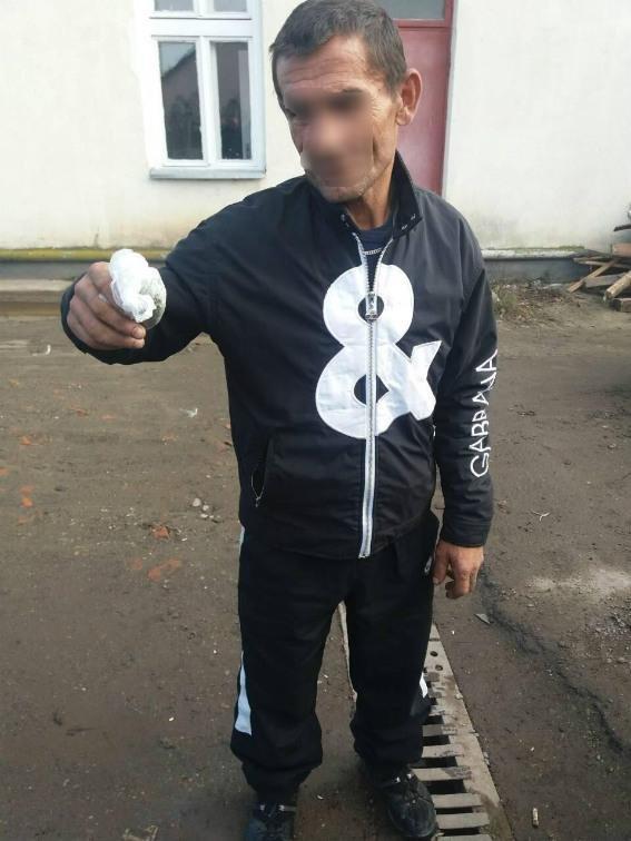 На Ужгородщині серед білого дня 45-річний чоловік на вулиці торгував наркотиками: фото, фото-2