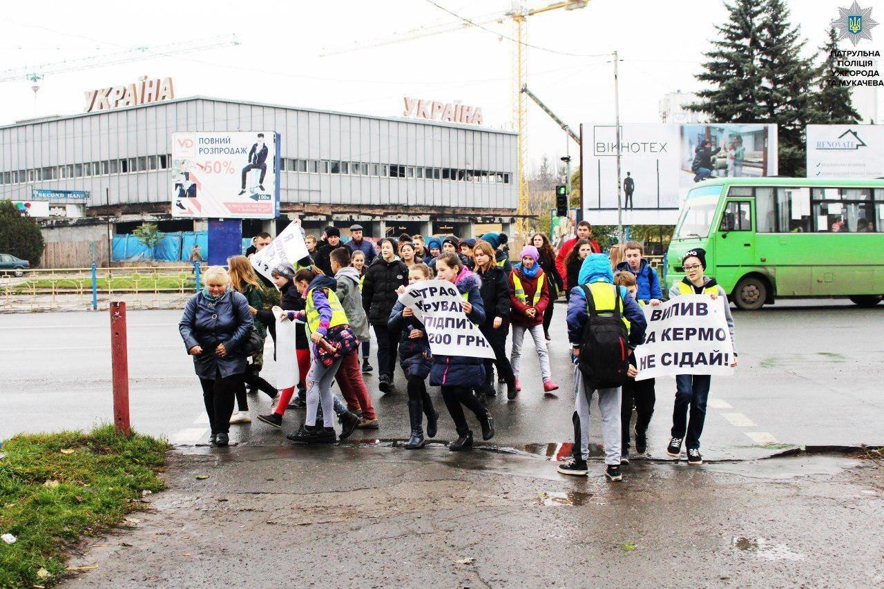 В Ужгороді на Минайській діти із плакатами вийшли на дорогу із закликом до водіїв-порушників: фото, фото-2