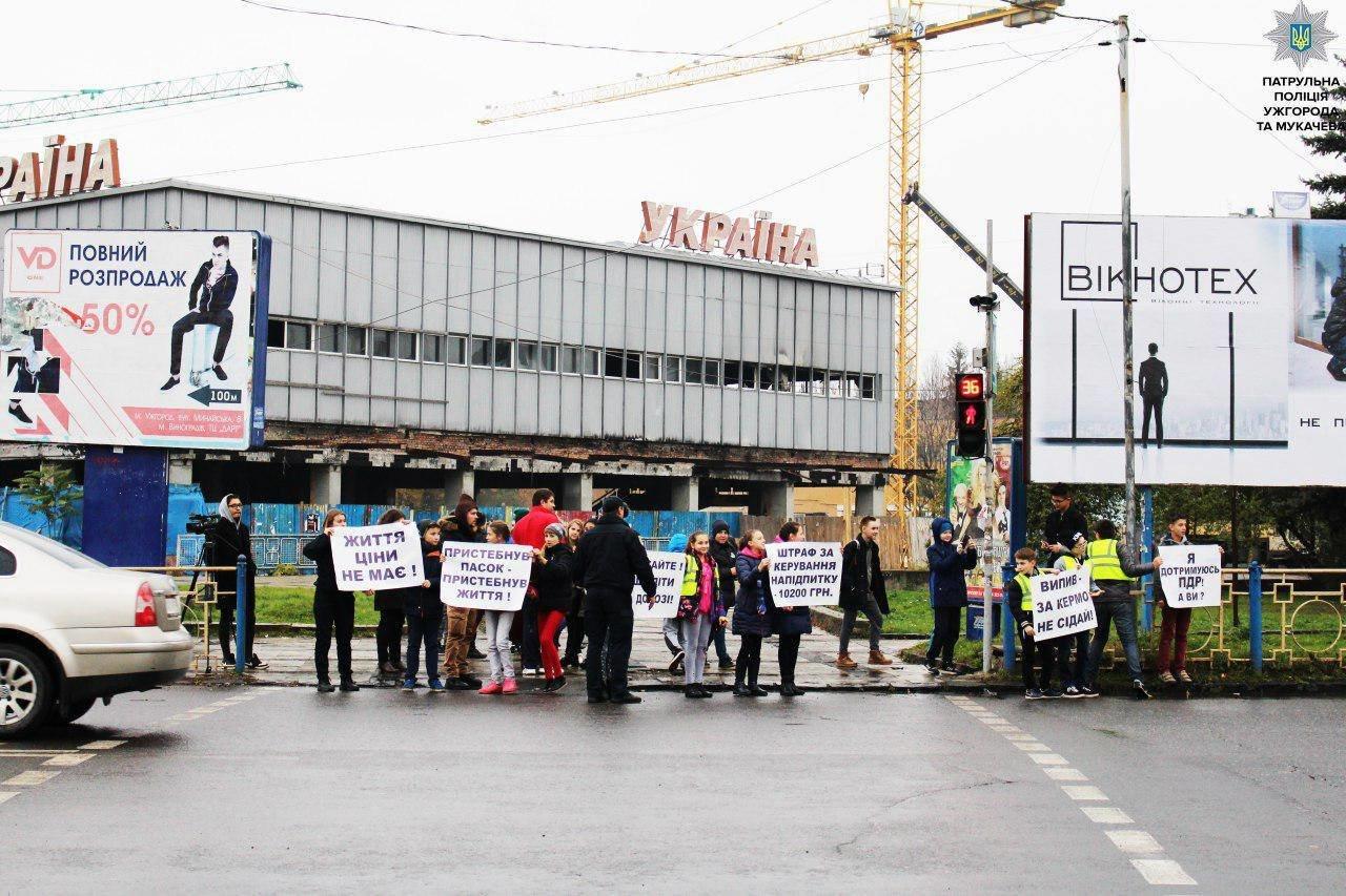 В Ужгороді на Минайській діти із плакатами вийшли на дорогу із закликом до водіїв-порушників: фото, фото-3