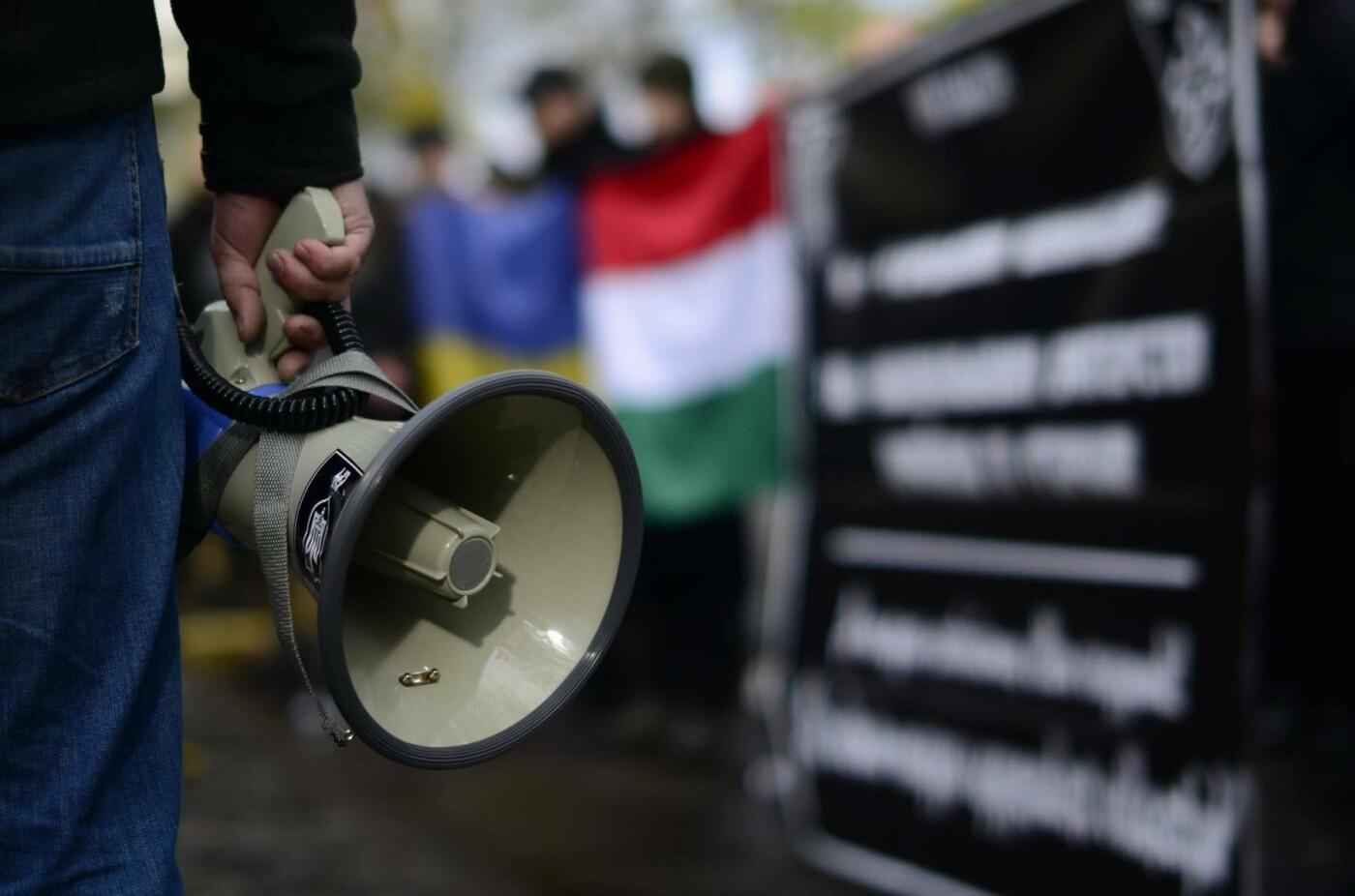 """В Ужгороді перед консульством Угорщини націоналісти """"Карпатської Січі"""" провели акцію, запаливши """"фаєри"""": фото, фото-5"""