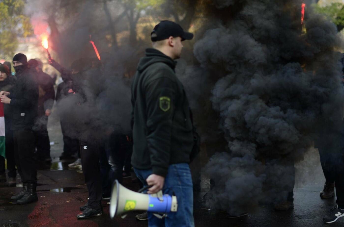 """В Ужгороді перед консульством Угорщини націоналісти """"Карпатської Січі"""" провели акцію, запаливши """"фаєри"""": фото, фото-6"""