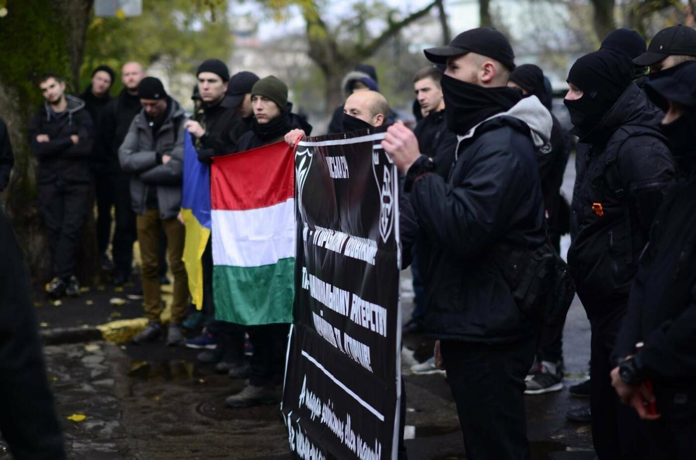 """В Ужгороді перед консульством Угорщини націоналісти """"Карпатської Січі"""" провели акцію, запаливши """"фаєри"""": фото, фото-8"""
