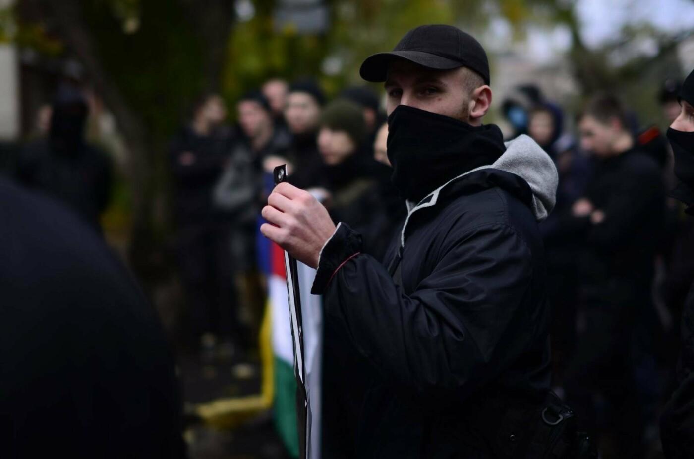 """В Ужгороді перед консульством Угорщини націоналісти """"Карпатської Січі"""" провели акцію, запаливши """"фаєри"""": фото, фото-1"""