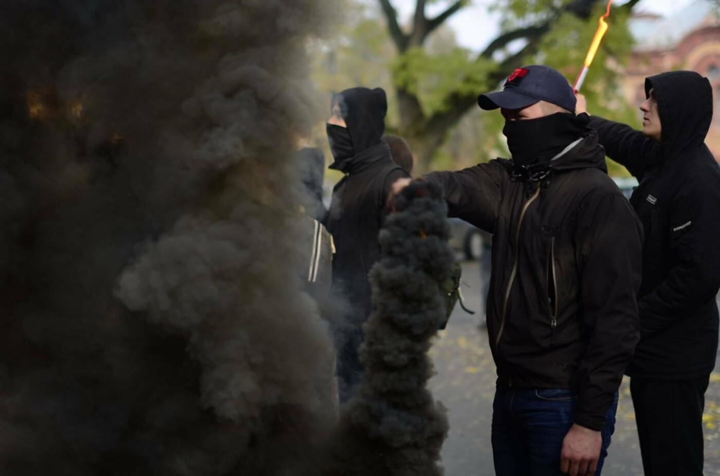 """В Ужгороді перед консульством Угорщини націоналісти """"Карпатської Січі"""" провели акцію, запаливши """"фаєри"""": фото, фото-2"""