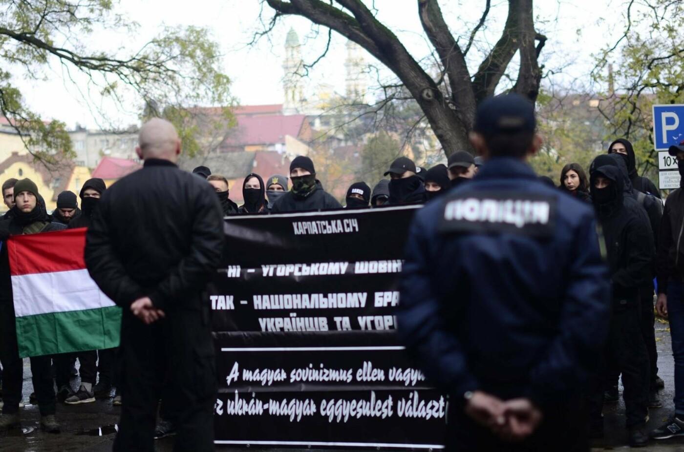 """В Ужгороді перед консульством Угорщини націоналісти """"Карпатської Січі"""" провели акцію, запаливши """"фаєри"""": фото, фото-12"""