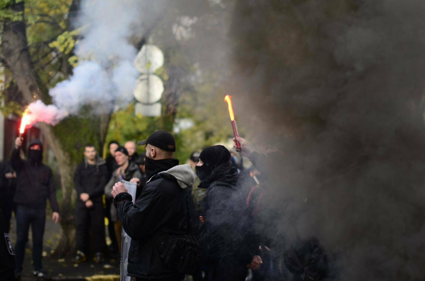 """В Ужгороді перед консульством Угорщини націоналісти """"Карпатської Січі"""" провели акцію, запаливши """"фаєри"""": фото, фото-3"""