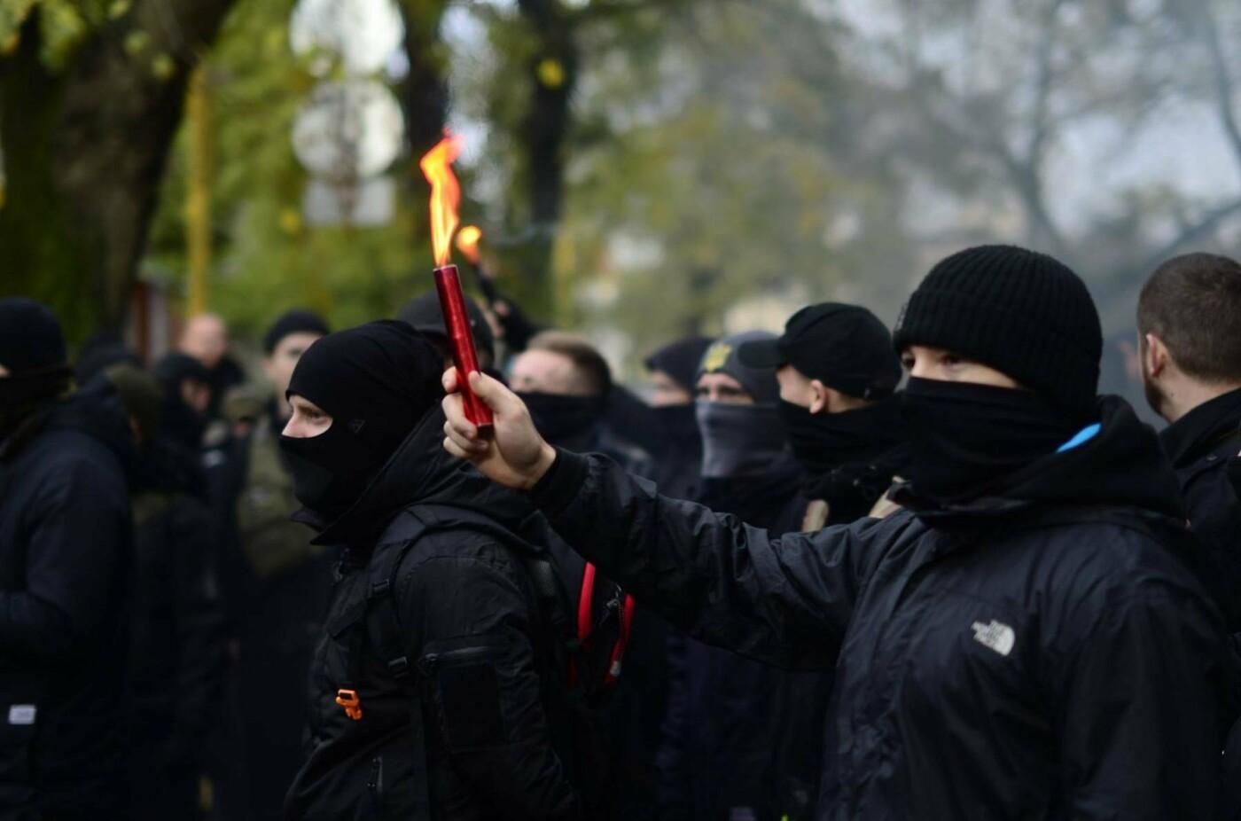 """В Ужгороді перед консульством Угорщини націоналісти """"Карпатської Січі"""" провели акцію, запаливши """"фаєри"""": фото, фото-4"""