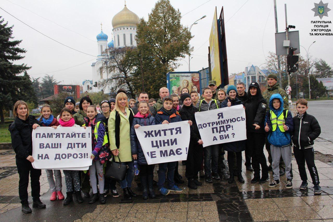 В Ужгороді на Минайській діти із плакатами вийшли на дорогу із закликом до водіїв-порушників: фото, фото-1