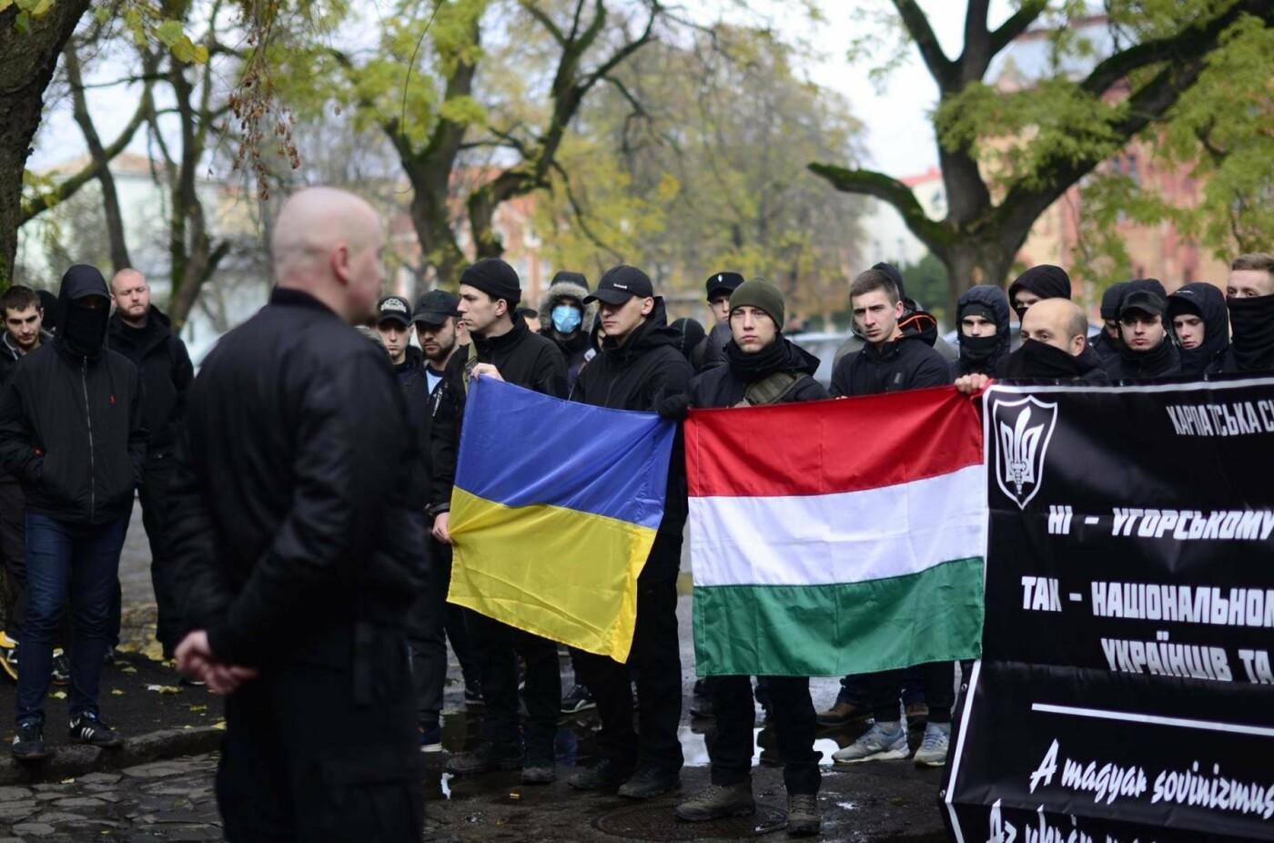 """В Ужгороді перед консульством Угорщини націоналісти """"Карпатської Січі"""" провели акцію, запаливши """"фаєри"""": фото, фото-13"""