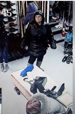 """Як в Ужгороді, на ринку """"Краснодонців"""", шахрайка краде гроші (ФОТО, ВІДЕО), фото-1"""