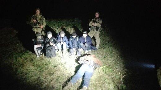 5 в'єтнамців та чех: на Закарпатті поблизу кордону з Угорщиною затримали нелегалів та їхнього провідника (ФОТО), фото-2