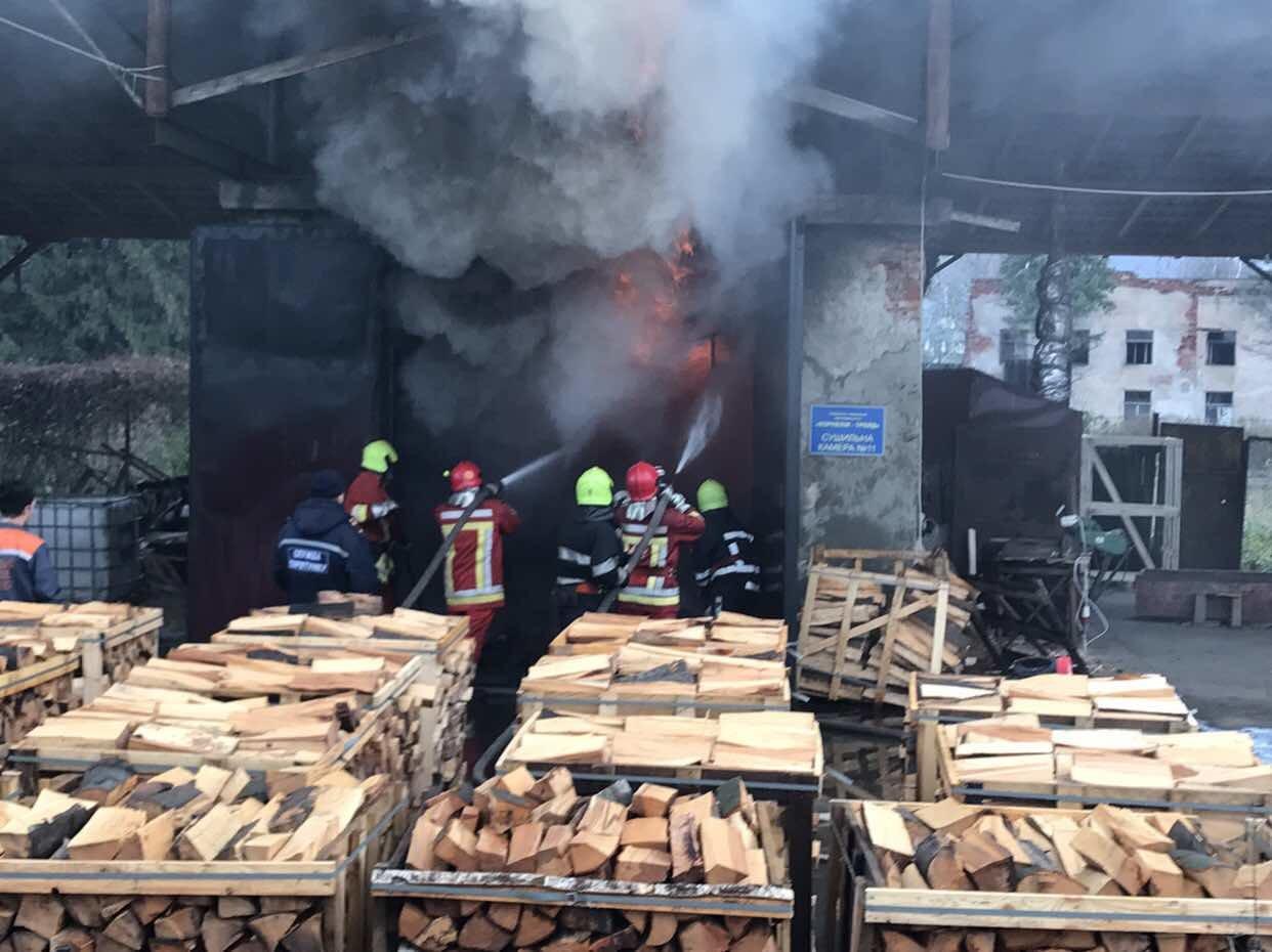 У Перечині загорілась будівля, напакована деревиною: пожежу гасили протягом 7-и годин (ФОТО), фото-1