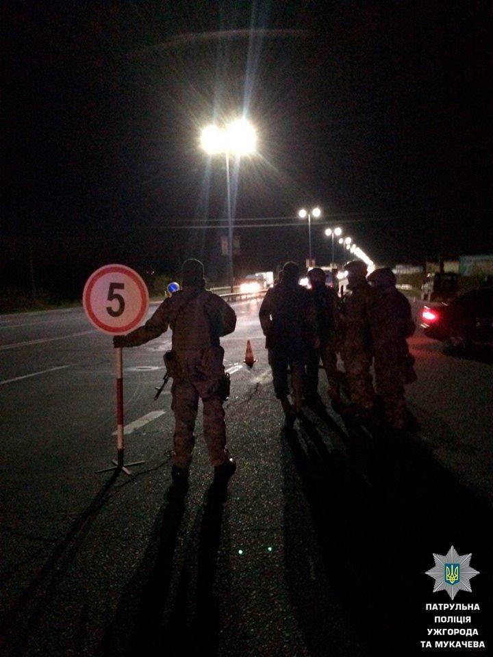 """На трасі """"Ужгород-Мукачево"""" у Барвінку вже 2-й день зупиняють водіїв у пошуках нелегалів: фото, фото-2"""
