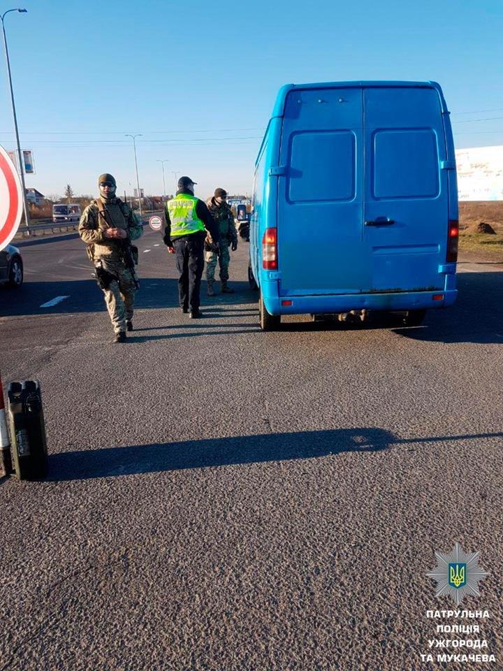 """На трасі """"Ужгород-Мукачево"""" у Барвінку вже 2-й день зупиняють водіїв у пошуках нелегалів: фото, фото-5"""
