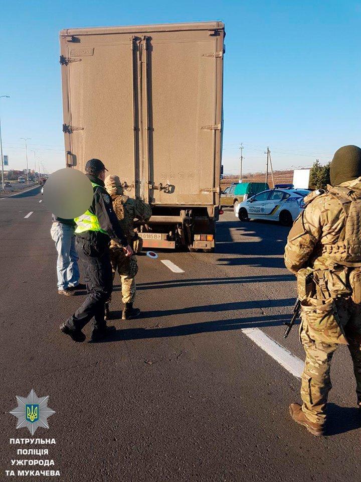 """На трасі """"Ужгород-Мукачево"""" у Барвінку вже 2-й день зупиняють водіїв у пошуках нелегалів: фото, фото-4"""