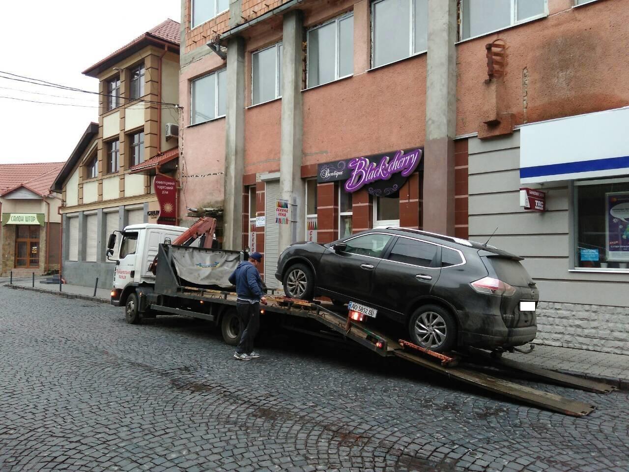 """Як у Мукачеві евакуатором """"знесли"""" 4-х """"оленів"""", один з яких припаркувався на місці для інвалідів: фото, фото-3"""
