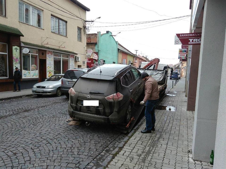 """Як у Мукачеві евакуатором """"знесли"""" 4-х """"оленів"""", один з яких припаркувався на місці для інвалідів: фото, фото-5"""