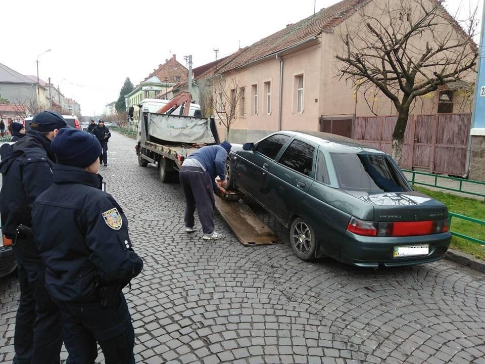 """Як у Мукачеві евакуатором """"знесли"""" 4-х """"оленів"""", один з яких припаркувався на місці для інвалідів: фото, фото-4"""