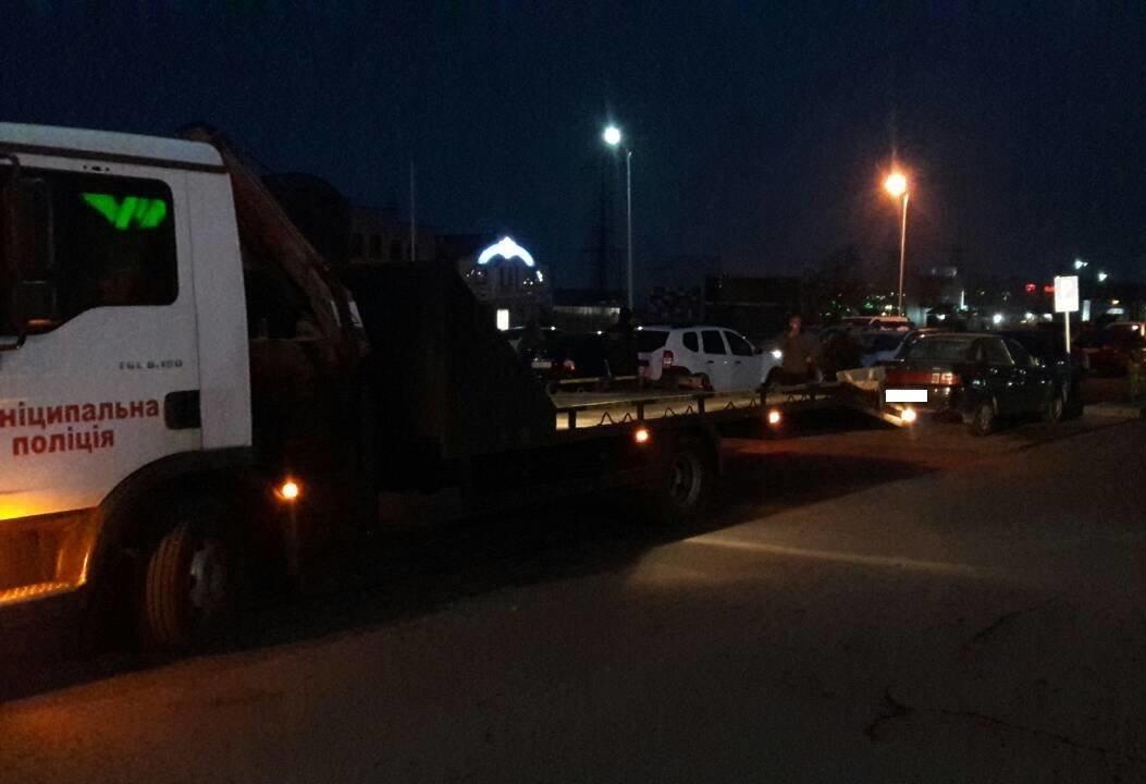 """Як у Мукачеві евакуатором """"знесли"""" 4-х """"оленів"""", один з яких припаркувався на місці для інвалідів: фото, фото-1"""