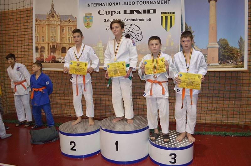 Юні ужгородські дзюдоїсти привезли зі змагань у Румунії 8 медалей: фото, фото-1