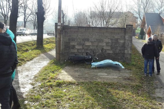 """Загинув на місці: на Рахівщині мотоцикліст без шолому за кермом """"Мустангу"""" врізався у бетонну огорожу (ФОТО), фото-3"""
