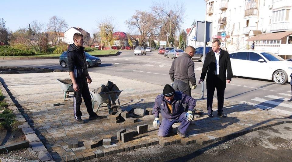 В Ужгороді капітально ремонтують тротуари на площі Дружби народів та вулиці Гойди: фото, фото-1